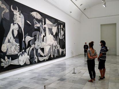 Dos jóvenes contemplan la obra el 'Guernica' de Pablo Picasso en el Museo Nacional Centro de Arte Reina Sofía.