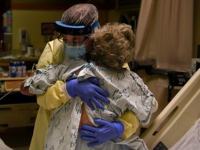Una enfermera ayuda a una enferma de covid en un hospital de Kansas, el pasado noviembre.