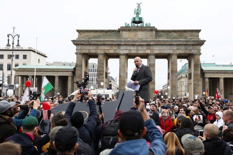 Hansjoerg Mueller, diputado por la AfD, habla en una protesta contra las restricciones para combatir el coronavirus, en Berlín el pasado noviembre.