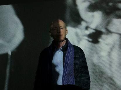 Anthony McCall, ante una de sus proyecciones en la antigua sala de máquinas del Pozo Santa Bárbara.