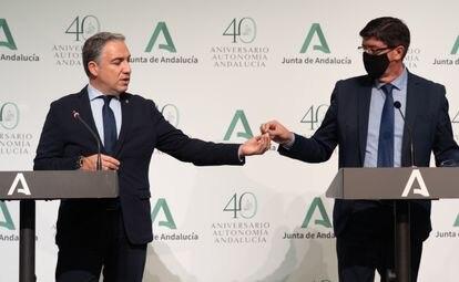 El consejero andaluz de la Presidencia, Elías Bendodo, entrega una dosis vacía de la vacuna contra el covid al vicepresidente de la Junta, Juan Marín.