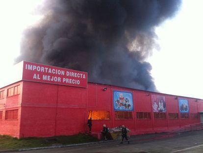 El edificio de Hiper Asia en Valdemoro, que albergaba productos chinos, ha quedado destrozado después de un fuego.