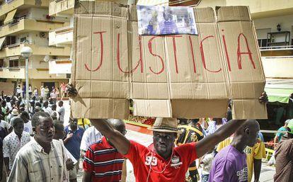 Compatriotas del senegalés muerto en una redada en Salou protestando.