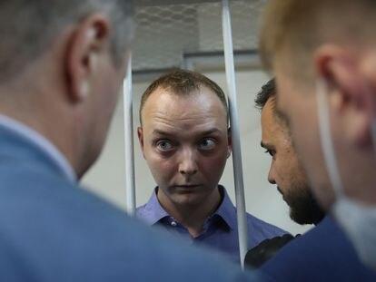 El arrestado por espionaje Ivan Safronov, experiodista y asesor de Roscosmos, en un tribunal de Moscú, el martes.