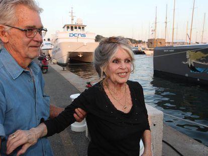 La actriz Brigitte Bardot y su marido, Bernard d' Ormale, en un acto en Saint Tropez (Francia) en septiembre de 2014.