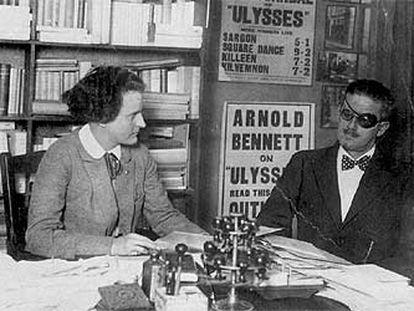 James Joyce y Silvia Beach, revisando las reseñas sobre 'Ulyses'