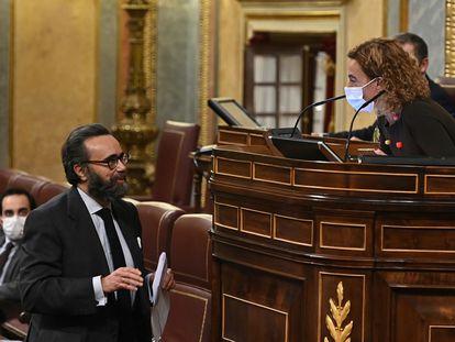 El diputado de Vox José María Sánchez conversa con la presidenta del Congreso, Meritxell Batet, en el pleno de este martes.