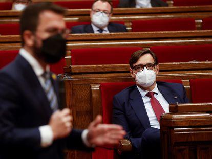 Salvador Illa observa a Pere Aragonès durante el pleno parlamentario en Cataluña del pasado 13 de mayo.