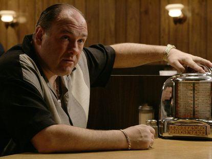 James Gandolfini como Tony Soprano en la mesa del Holsten's, escenario donde se desarrolla la escena final de la serie.