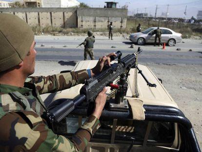 Soldados afganos en un puesto de control, este miércoles en Kabul.