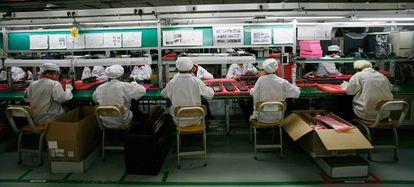 Empleados de la factoría Foxconn, en Longhua, donde se han suicidado varios trabajadores. Foxconn es la empresa que ensambla el iPad de Apple.