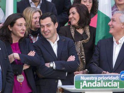 El candidato del PP a la Junta, Juan Manuel Moreno, en el centro, en Carmona.