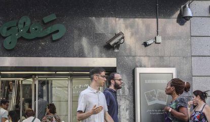 Cámaras en la puerta de una tienda de El Corte Inglés, en Madrid.