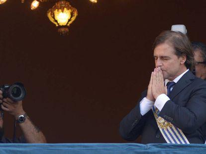 El presidente Luis Lacalle Pou reza en el balcón del Palacio Estévez, sede protocolar del Ejecutivo uruguayo.