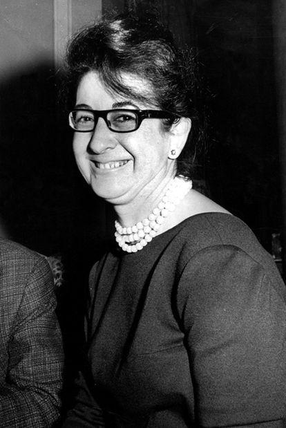 La escritora Concha Alós tras ganar el Premio Planeta en 1964.