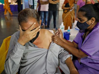 Una enfermera vacuna a un hombre en Ahmedabad (India), el 26 de marzo.