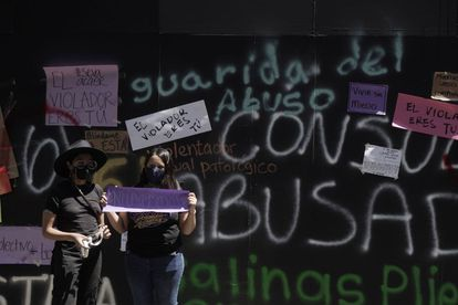 Un par de mujeres afuera de la casa de Andrés Roemer en Ciudad de México.
