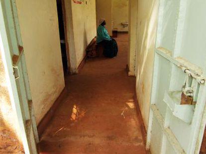 Una paciente espera su turno en el centro de salud mental de Kamahuha, en Kenia.