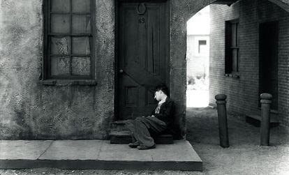 No es lo mismo dormir en la calle porque uno se ha olvidado las llaves que hacerlo porque la sociedad se ha olvidado de uno. Aquí, un fotograma de El chico (1921), de Charles Chaplin.