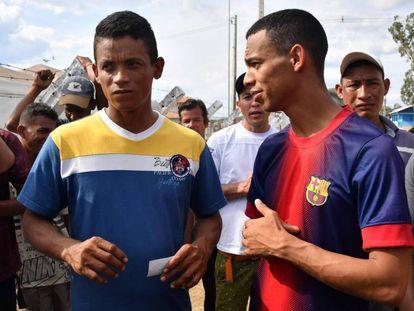 Jean Carlos César Parra (i) y Jorge Luis González, este domingo en Pacaraima (Brasil).