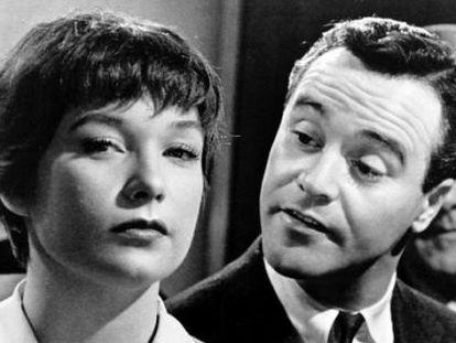 Shirley McLaine y Jack Lemon en un fotograma de la película.