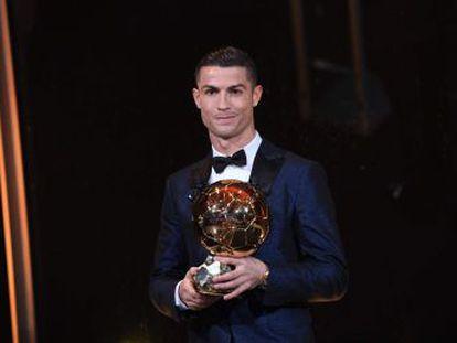 El portugués conquista en París su quinto galardón, el segundo consecutivo, e iguala a Leo Messi como el jugador más laureado
