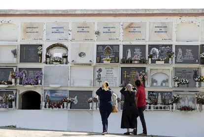 Lápidas de inmigrantes marroquíes enterrados en el cementerio de Tarifa.