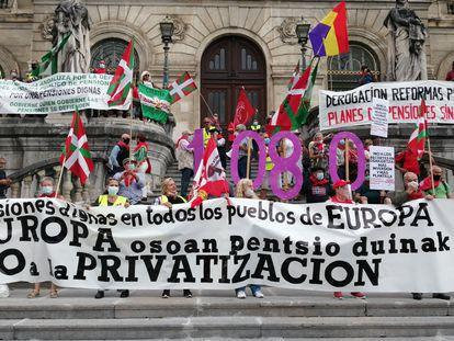 Pensionistas se manifiestan ante la puerta del Ayuntamiento de Bilbao.