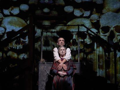 Vicky Peña y Pablo Derqui en una escena de 'Pedro Páramo'.