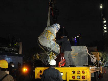 Los operarios retiran la estatua de Colón de la avenida Reforma en Ciudad de México.