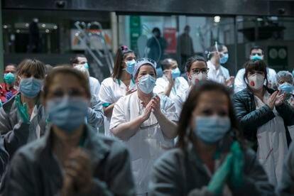 Personal sanitario del Hospital Clínic de Barcelona bajan a la calle para unirse al aplauso de los vecinos