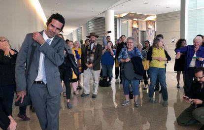 Scott Warren sale del juzgado de Tucson tras la sentencia, el jueves.