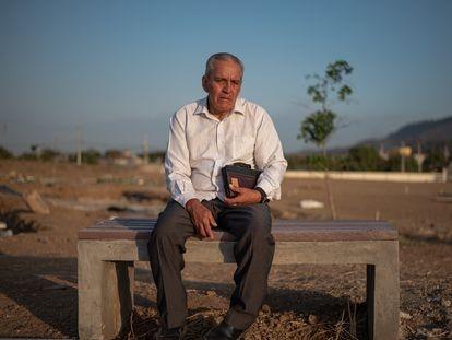 Daniel Villacís, en el cementerio de Monte Sinaí donde enterró a sus tres hijos asesinados durante los disturbios en la Penitenciaría del Litoral, en Guayaquil (Ecuador).
