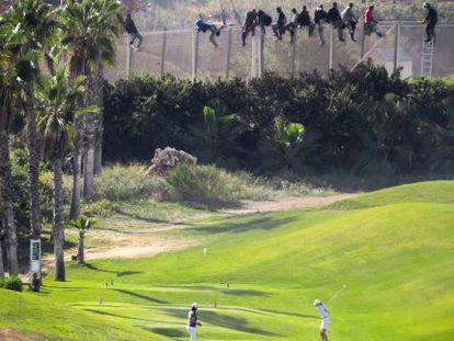 La imagen ganadora de los inmigrantes junto al campo de golf.