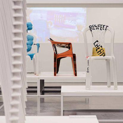 Vista de la exposición 'Monobloc—A Chair for the World' (una silla para el mundo) en el Vitra Design Museum. En primer plano 'Respect', el homenaje de Martí Guixé a una silla denostada por símbolo de la globalización, pero cuyo precio sin embargo cumple la función de romper barreras socioeconómicas.  