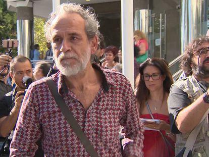 El actor Willy Toledo sale de los juzgados de Plaza de Castilla (Madrid) tras haber sido detenido.