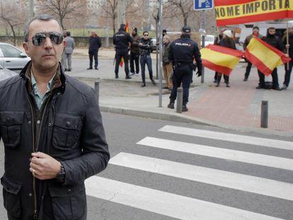 Uno de los acusados del asalto de un grupo de extrema derecha al centro cultural Blanquerna de Madrid en 2013, a su llegada a la Audiencia Provincial de Madrid en 2020.