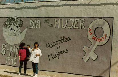 Lola Rodríguez (izquierda) ante un mural feminista en Huelma en 1990.