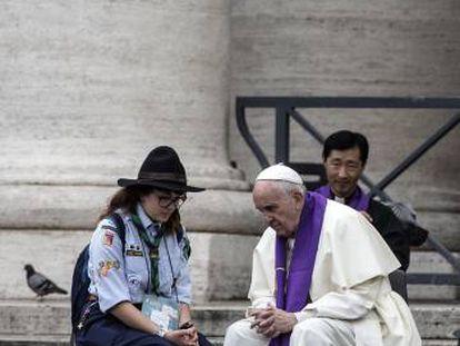 El Papa confesó el sábado a los fieles en la plaza de San Pedro.