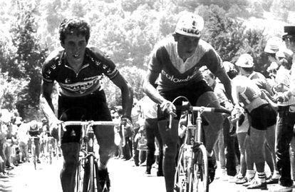Lucho Herrera (derecha) junto al español Pedro Delgado en la décima etapa del Tour de Francia de 1984.