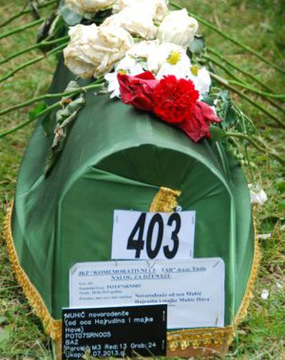 El ataúd de una de las últimas víctimas identificadas.
