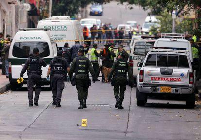 Miembros de la Policía de Colombia examinan el lugar donde se ha registrado una explosión la mañana del domingo, en Bogotá.