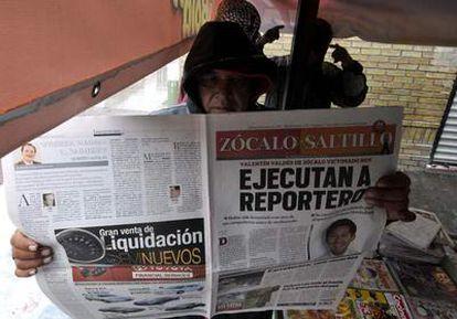 Un residente de la ciudad mexicana de Saltillo lee un diario con el asesinato del periodista Valentín Valdés en la portada.