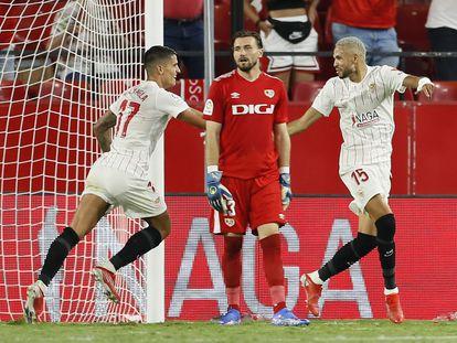 Lamela felicita a En-Nesyri por su pase tras hacer su segundo gol ante el Rayo.