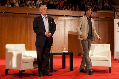 El premio Nobel Mario Vargas Llosa y el poeta Benjamín Prado, anoche durante su charla en Granada.