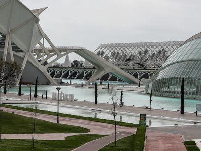 Ciudad de la Artes y las Ciencias de Valencia, vacía durante el cuarto día del estado de alarma por coronavirus.