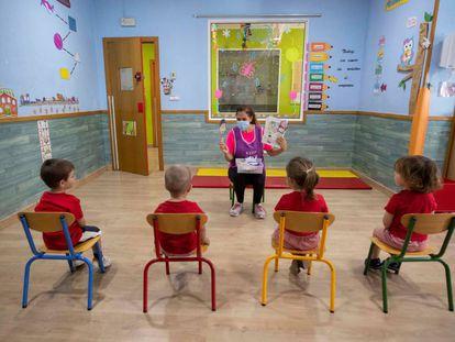 """Una trabajadora del centro de educación infantil """"Mi pequeña escuela"""", en la pedanía murciana de La Alberca, cuenta un cuento a varios niños."""