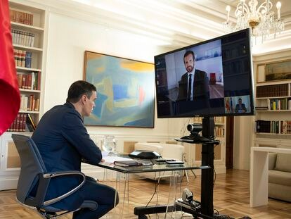 El presidente del Gobierno, Pedro Sánchez, durante la videoconferencia con el presidente del Partido Popular, Pablo Casado, este lunes.