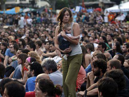 Imagen de la asamblea del Movimiento 15-M en la plaza del Ayuntamiento de Valencia hace 10 años.