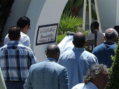 Un grupo de personas entra ayer en la mezquita de Marbella que lleva el nombre del fundador de la dinastía saudí.